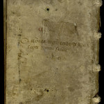 Cote en partie effacée portée sur un manuscrit de la grande bibliothèque : C C b VIII. Le C peint en rouge en début de cote signale que le manuscrit est rangé sur les pupitres au sud de la bibliothèque. La cote K. 6., de 1472, est également lisible. MGT, ms. 502, plat inférieur.